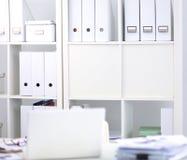 Bureau van een kunstenaar met veel kantoorbehoeftenvoorwerpen Royalty-vrije Stock Foto