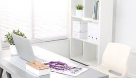Bureau van een kunstenaar met veel kantoorbehoeftenvoorwerpen Stock Foto's