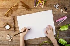 Bureau van een kunstenaar met veel kantoorbehoeftenvoorwerpen Het schot van de studio stock foto's