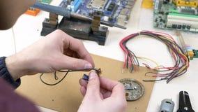 Bureau van studenten het solderende draden thuis stock videobeelden