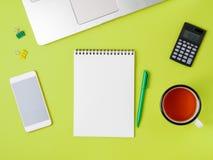Bureau vert clair créatif moderne avec l'ordinateur portable, smartphone Photos stock