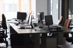 Bureau vide avec les ordinateurs modernes Images stock