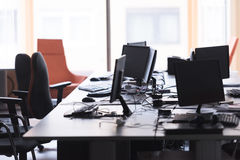 Bureau vide avec les ordinateurs modernes Photos stock