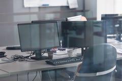 Bureau vide avec les ordinateurs modernes Images libres de droits