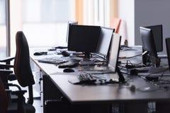 Bureau vide avec les ordinateurs modernes Photo stock
