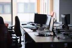 Bureau vide avec les ordinateurs modernes Photographie stock libre de droits