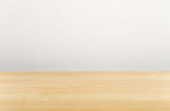 Bureau vide en bois de Brown avec le mur blanc Images stock