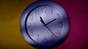 Bureau witte klok op kleurrijke achtergrond stock footage