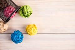 Bureaubak en gevouwen kleurendocumenten die rond liggen Stock Foto
