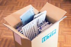 Bureaubeweging - kartondoos met veel computertoetsenborden royalty-vrije stock fotografie