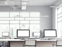 Bureaubinnenland met de veelvoudige computerschermen het 3d teruggeven Royalty-vrije Stock Foto
