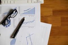 Bureaubureau met pen, analyserapport, calculator Mening vanaf bovenkant Stock Foto