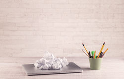 Bureauclose-up met witte bakstenen muur Stock Fotografie