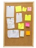 Bureaucork raad met gele post-itnota's royalty-vrije stock fotografie