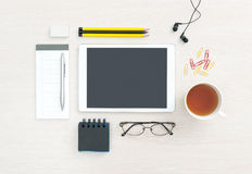 Bureaudesktop met lege digitale tablet Royalty-vrije Stock Afbeelding