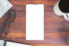 Bureaudesktop met mobiele telefoon Stock Foto