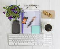 Bureaudesktop met vele voorwerpen op hout Royalty-vrije Stock Fotografie