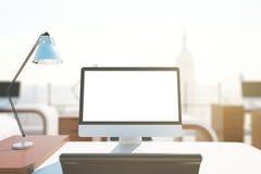 Bureaudesktop met witte computer Stock Afbeeldingen