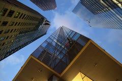 Bureaugebouwen op een zonnige dag stock afbeeldingen