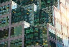 Bureaugebouwen op een zonsondergang royalty-vrije stock foto's