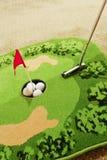 Bureaugolf - golfbal en putter Stock Fotografie