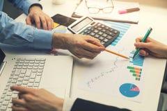 bureaugroepswerk - bedrijfsmensen die grafiekrapporten bespreken royalty-vrije stock afbeeldingen