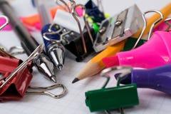 Bureauhulpmiddelen en kantoorbehoeften stock afbeelding
