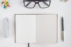 Bureaukantoorbehoeften en notitieboekje voor het schrijven van tekst Royalty-vrije Stock Afbeeldingen