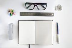 Bureaukantoorbehoeften en notitieboekje voor het schrijven van tekst Stock Foto