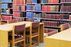 Bureauklusje en boekenrek in bibliotheek stock foto