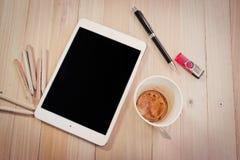 Bureaulevering, lege koffiekop, en tablet Stock Afbeeldingen