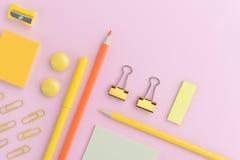 Bureaulevering op de roze lijst als achtergrond Stock Afbeelding