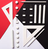 Bureaulevering op de witte rode en zwarte lijst als achtergrond Stock Afbeelding