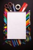 Bureaulevering op zwart bureau Stock Foto