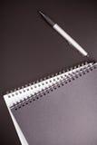 Bureaulevering op zwarte lijst Stock Afbeeldingen