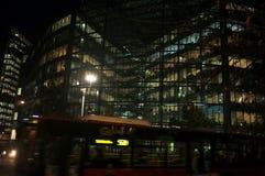 Bureaulichten bij nacht op een torengebouw Royalty-vrije Stock Foto