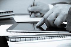 Bureaulijst en tablet stock foto's