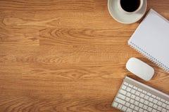 Bureaulijst met blocnote, computer en koffiekop en computer