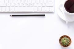 Bureaulijst met computer, levering en koffiekop Royalty-vrije Stock Foto's
