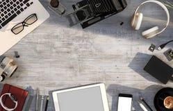Bureaulijst met computer, smartphone, tablet, levering Hoogste mening 3D Illustratie Stock Afbeeldingen