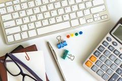Bureaulijst met computertoetsenbord Stock Foto's