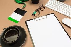 Bureaulijst met de glazen succulente kenteken van het klembordtoetsenbord en koffiekop Spot op malplaatje Hoogste mening stock afbeelding