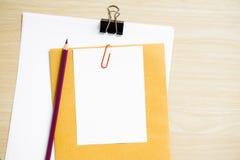 Bureaulijst met een Spatie, een Document, een Potlood, een Installatiepot, Klemmen en Levering werkplaats Hoogste Mening over een Stock Afbeeldingen