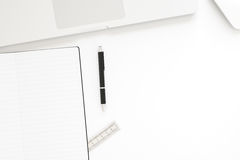 Bureaulijst met labtopcomputer, lege notitieboekje en pen Hoogste mening met exemplaarruimte op het werkpark, het 3D teruggeven Royalty-vrije Stock Afbeelding