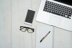 Bureaulijst met laptop stock fotografie