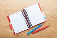 Bureaulijst met lege blocnote en kleurrijke potloden Royalty-vrije Stock Afbeeldingen