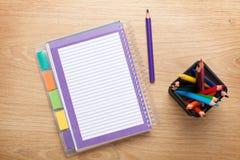 Bureaulijst met lege blocnote en kleurrijke potloden Royalty-vrije Stock Foto's