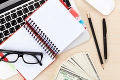 Bureaulijst met PC, levering en geldcontant geld Royalty-vrije Stock Afbeeldingen