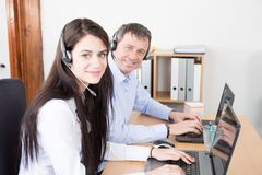 bureauman vrouwenhandelsadviseur die op hands-free call centre van de telefoonhoofdtelefoon spreken royalty-vrije stock afbeelding
