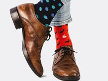 Bureaumanager in modieuze schoenen en heldere sokken stock afbeelding